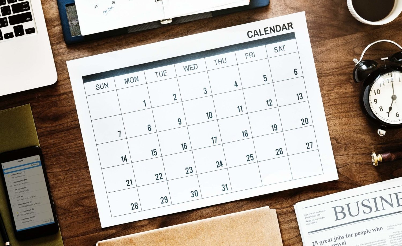Kalenter mit 31 Tagen liegt auf einem aufgeräumten Schreibtisch