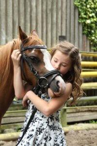 Kleines Mädchen mit Pferd